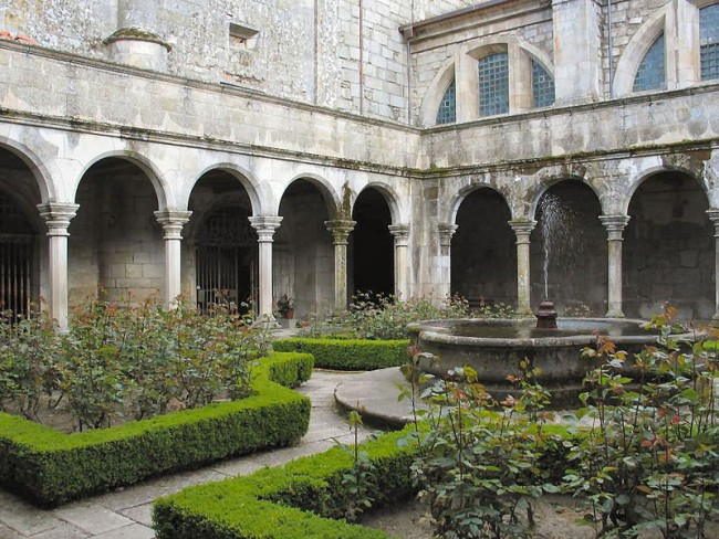 800px-Claustro_catedral_Lamego